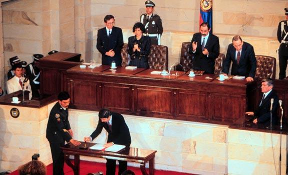 Resultado de imagen para Fotos En Colombia, la Asamblea Nacional Constituyente promulga la nueva Constitución